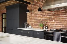 143 отметок «Нравится», 6 комментариев — Tom Howley Kitchens (@tomhowleykitchens) в Instagram: «This year matte black is making a statement across both kitchens and bathrooms. This dramatic…»