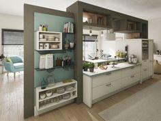 Une cuisine en plein milieu d'une pièce
