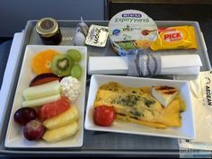 Frühstück (Obstteller, Omlett mit Spinat, Kräutern und Käse & gegrillte Tomate - Check more at http://www.miles-around.de/trip-reports/business-class/aegean-airlines-airbus-a320-200-business-class-athen-nach-berlin/,  #A320-200 #Aegean #AegeanAirlines #Airbus #Airport #avgeek #Aviation #BusinessClass #Flughafen #Lounge #LufthansaSenatorLounge #Trip-Report
