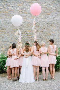Hochzeit Gut Schwarzerdhof Brautjungfernkleider in Rosa Riesenluftballons Theresa Povilonis Photography