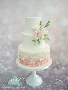 Weddingcake blush and sugar roses  Bruidstaart ombre zacht roze ruches en rozen