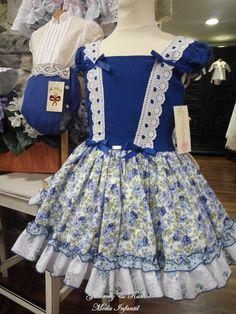 Buenos días!!   Os traigo una colección que me tiene loquita.   El primer año de Ramos de Nel, lo vestí con un conjunto en este azulón, y d... Sewing Doll Clothes, Girl Doll Clothes, Cute Baby Girl Outfits, Kids Outfits, Spanish Baby Clothes, Casual Dresses, Girls Dresses, Kawaii Dress, Frock Fashion