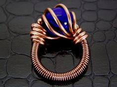 Copper Wire Ring with Dark Blue Glass Bead Hand von BonzerBeads