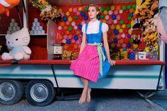 Dirndl Amelie aus hellblauer Baumwolle mit pinker Baumwollschürze