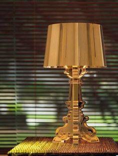Bourgie de Kartell. Lámpara de sobremesa realizada en policarbonato teñido en masa. La base de estilo barroco, está formada por tres patas. Pantalla regulable en altura. Diseñador Ferruccio Laviani