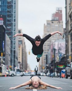 After Cuba, photographer Omar Z. Robles made ​​a little trip to New York City to return with a series of portraits dedicated to ballet dancers performing their art in the streets of the Big Apple.