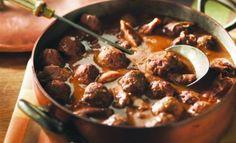 Ragoût de Pattes de Cochon.                                Dans une grande casserole, déposer les boulettes et le bouillon dégraissé. Porter à ébullition, réduire à feu doux et laisser mijoter le ragoût 20 min. Diluer le reste de farine grillée dans l'eau froide et incorporer au ragoût...
