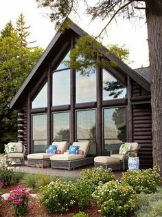 Красивый бревенчатый дом с террасой фото