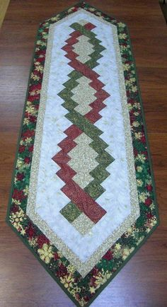 "Képtalálat a következőre: ""table runner pineapple quilt"" Quilted Table Runners Christmas, Patchwork Table Runner, Christmas Patchwork, Christmas Runner, Table Runner And Placemats, Table Runner Pattern, Christmas Quilting, Quilted Table Toppers, Quilting Projects"