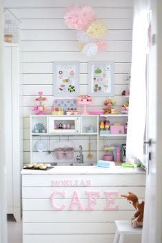 Pienen tytön huoneen voi sulostuttaa tällaisella kahvilanurkkauksella, upea lastenhuone ja söpöt pastellisävyt! This is amazing room for girl <3