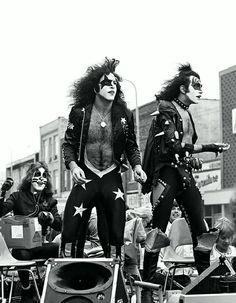 Kiss est un groupe de rock américain formé à New York en janvier 1973 par le guitariste Paul Stanley (de son vrai nom Stanley Harvey Eisen, né en 1952) et le bassiste Gene Simmons (Chaim Witz, né en 1949). Très populaire à travers le monde, notamment grâce à leurs maquillages, leurs costumes extravagants, leurs nombreux effets spéciaux sur scène et la célèbre très grande langue de Gene Simmons, Kiss a vendu plus de 19 millions d'albums aux États-Unis et plus de 100 millions à l'échelle mondiale;