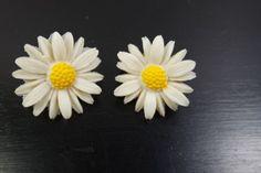 Pretty-Vintage-Clip-On-Earrings-Signed-Sarah-Cov-Fun-Summer-Plastic-Daisy