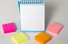 Małe, kolorowe karteczki, które można nakleić w dowolnym miejscu, dla większości z nas od dawna już są stałym elementem codziennego życia, zwłaszcza w pracy. Wygoda ich używania sprawia jednak, że świetnie nadają się także do nietypowych i zupełnie prywatnych zastosowań.