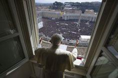 Ciudad del Vaticano, 24 de febrero de 2013. El papa Benedicto XVI reza su último ángelus desde la ventana del Vaticano ante una multitud en la plaza San Pedro. Foto: Osservatore Romano.