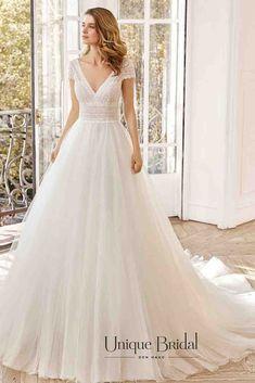 Een echte prinsessen trouwjurk met een vleugje vintage boho uitstraling. Aire Barcelona trouwjurk in tule en een lijfje van prachtig kant, met een V-hals en open rug. trouwjurk open rug, bohemian trouwjurk, trouwjurken vintage, trouwjurk tule, trouwjurken lang, trouwjurk tule. Wij hebben jouw droomjurk trouwjurk voor jouw bruiloft en trouwdag. Maak een afspraak en bezoek onze winkel in Den Haag #uniquebridal #trouwjurken Bridal, Wedding Dresses, Unique, Vintage, Fashion, Aire Barcelona, The Hague, Bride Dresses, Moda