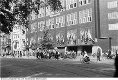 Na de bevrijding werd het gebouw van 'De Telegraaf' aan de Nieuwezijds Voorburgwal in gebruik genomen door verzetskrant 'Het Parool', Amsterdam (1945)