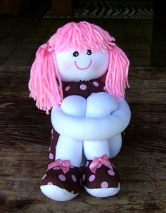 Boneca de tecido com as pernas compridas, cabelos de lã.  R$32,00