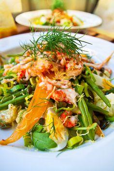 Matig kräftstjärtssallad med rotsaker, ägghalvor och senapsdressing