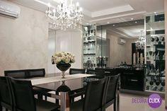 A mesa de jantar preta combinou perfeitamente com o papel de parede bege. Elegante e agradável!