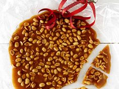 Jordnötsbräck med bara 4 ingredienser | Recept från Köket.se Vegan Christmas, Christmas Brunch, Christmas Baking, Christmas Ideas, Candy Recipes, Baking Recipes, Holiday Recipes, Vegan Candies, Homemade Sweets