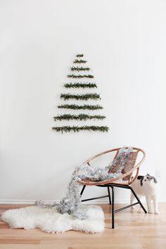 Le sapin mural réalisé avec des branches de sapin : la bonne idée déco quand on n'a pas la place de mettre un sapin dans le salon scandinave :) Mention spéciale pour le chat qui a bien voulu poser pour l'occasion, à grand renfort de guirlandes de Noël ;-) #inspiration #decoration #noel