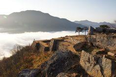 雲海中的城塞遺跡,頗有居高臨下的霸氣。(圖/bullets95@Flickr)