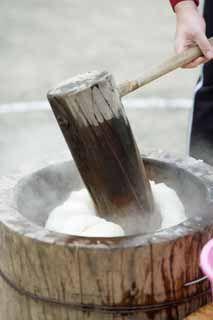 日本では正月にもち米を蒸したものを臼と杵で撞いてお餅を作ります。撞きたてのお餅は柔らかくてとても美味しいものです。