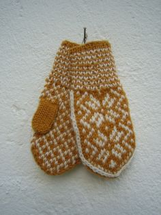 Handknitted norwegian mittens for children in mustard and white: - Easy Yarn Crafts Knitting For Kids, Double Knitting, Knitting Projects, Baby Knitting, Knitting Patterns, Baby Mittens, Knit Mittens, Mitten Gloves, Knitted Hats