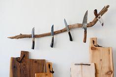 Die Natur gibt die Form des Messerastes vor. Astlänge und Astform variiert. Astdicke ca. 4cm. Dient zur Befestigung von Messern. Der Ast mit 5 Magneten ist zwis