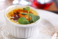 Vanilla creme brulee with apple compote Trifle Pudding, Home Canning, Köstliche Desserts, Serving Plates, Creamed Eggs, Tray Bakes, Great Recipes, Good Food, Food And Drink