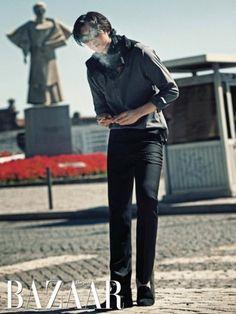 Foto Gong Yoo Berpose Untuk Majalah Harper's Bazaar