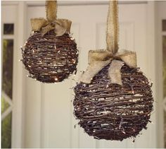 Rustic Christmas decorations are one such comfortable feel decoration that reminds us about the festive that is soon approaching and also promotes the warmth of the rooms. Here are some ideas promoting the rustic feel in the festive and holiday season. Burlap Christmas, Noel Christmas, Winter Christmas, All Things Christmas, Christmas Ornaments, Handmade Christmas, Ball Ornaments, Christmas Balls, Christmas Lights