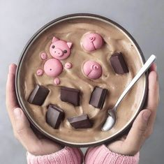 Pigs in the chocolate mud 🐷🍫💖✨ Smoothie made with frozen bananas & cacao powder. Topped with details made with modeling chocolate, cute food, kawaii, Cute Food, Yummy Food, Healthy Food, Smothie Bowl, Kreative Desserts, Cute Baking, Modeling Chocolate, Chocolate Cake, Aesthetic Food