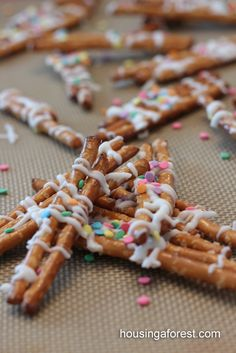 Chocolate Drizzled Pretzels ~ easy for kids to make. Food Friday fun easy treats students assist in making. Yummy Snacks, Yummy Treats, Delicious Desserts, Sweet Treats, Snack Recipes, Cooking Recipes, Yummy Food, Easy Cooking, Vegetarian Recipes