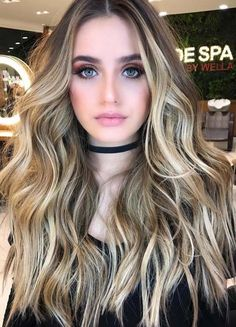 Learn here which kind of balayage hair color technique is best for you nowadays. Recently, we've selected here the best ever balayage hair highlights 2018 for long hair to give them awesome look. Choose this beautiful balayage hair color if you want to gi Balayage Blond, Hair Color Balayage, Balayage Highlights, Brunette Highlights, Bayalage, Cabelo Ombre Hair, Hair Color Techniques, Natural Hair Styles, Long Hair Styles