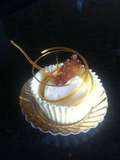 Citroenmousse in witte chocolade met gouden caramel decor