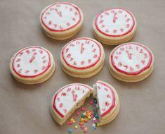 Estas son unas galletas decoradas en forma de reloj, tradicionales para Año Nuevo y además le agregamos el factor sorpresa incluyéndoles, dentro de la galleta, un confeti de azúcar delicioso de colores que dan alegría y muchas ganas de festejar un maravilloso Año Nuevo. A continuación te presento los pasos a seguir para hacer éstas …