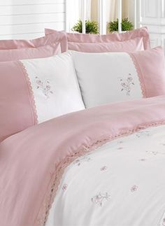 Pink and White bedding White Bedding, Bedding Sets, Bed Cover Design, White Cottage, Linens And Lace, Diy Pillows, Bedroom Bed, Shabby Chic Furniture, Bed Covers