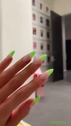 Uñas Kylie Jenner, Acrylic Nails Kylie Jenner, Neon Acrylic Nails, French Tip Acrylic Nails, Kylie Jenner Nails, Simple Acrylic Nails, Almond Acrylic Nails, Almond Nails, Spring Nails