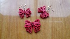 Quilled Bows Use on cards w/ packages, hairbows, on cards, ties on flower bouquet- another option from stamped ribbon, real ribbon. Paper Quilling Earrings, Quilling Paper Craft, Quilling Craft, Quilling Patterns, Quilling Designs, Quilling Keychains, Paper Jewelry, Paper Beads, Jewelry Crafts