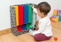 Através do tubo das cores, brinquedo de inspiração montessori, a criança aprende a distinguir cores, manipular objetos, perceber a noção de dentro e fora.
