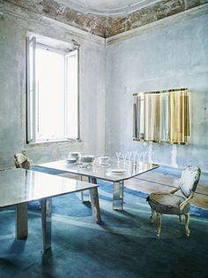 C'est dans un palazzo du XVIIIe siècle que l'architecte-designer Vincenzo De Cotiis s'est inventé un appartement poétique et conceptuel, entre patines du passé et fulgurances contemporaines / Ici, la salle à manger / © Paul Lepreux