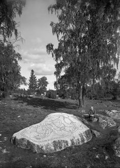 41 Fabulous Old Photographs of Ancient Rune Stones in Sweden - Flashbak Ancient Runes, Viking Runes, Viking Age, Vikings, Father Images, Germanic Tribes, Rune Stones, Old Norse, Memorial Stones
