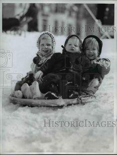 1961 Press Photo Elizabeth Bennett, Kathrine and Louisa Rudeen playing in snow