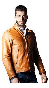Giubbino di pelle, modello DAVID TWO. La giacca in vera pelle presenta un modello avvitato con tasche laterali, chiusura a zip e taschino interno. La linea delle spalle è sottolineata dalle cuciture a vista e il collo a lupetto evidenzia ancora di più la vestibilità lineare e il taglio attillato. Perfetto per le stagioni autunnali e primaverili.