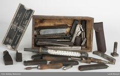 """Verktøykasse i tre uten lokk med diverse verktøy til metalldreiebenk, bl.a. bryne, sliper etc.  En av delene er merket """"Nansen"""". Drafting Desk, Wine Rack, Magazine Rack, Cabinet, Storage, Furniture, Home Decor, Tools, Clothes Stand"""