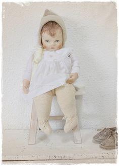 in het wit met gebreide broek