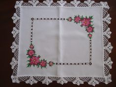 Pano de Bandeja em Ponto Cruz Com belas Rosas No linho com acabamento lateral de Crochê. 42cm X 42cm