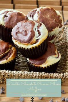 Double Chocolate Cream Cheese Muffins Chocolate rich yet light in texture these muffins are super delectable & extremely tempting. Chocolate Cheese, Chocolate Treats, Chocolate Recipes, Köstliche Desserts, Delicious Desserts, Dessert Recipes, Cream Cheese Muffins, Brownie Cake, Cake Brownies
