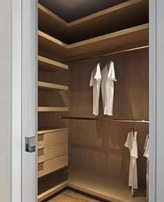 Gallery of Sunset Plaza Drive GWdesign 12 : Image 12 of 25 from gallery of Sunset Plaza Drive GWdesign. Photograph by Dana Meilijson Corner Closet, Front Closet, Entryway Closet, Wardrobe Design Bedroom, Master Bedroom Closet, Beautiful Houses Interior, Built In Wardrobe, Closet Designs, Closet Storage